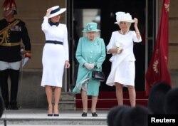 La primera dama Melania Trump asiste a una ceremonia con la reina Isabel II y Camilla, duquesa de Cornwall, en el Palacio de Buckingham.