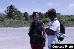Coco Fusco con el artista y activista cubano Amaury Pacheco, del grupo Omni-Zona Franca.