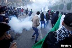Enfrentamientos entre manifestantes y la policía antimotines en Argelia.