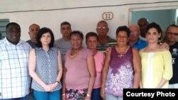 La encargada de Negocios de EEUU en Cuba, Mara Tekach (segunda de izq. a der.), junto a varios opositores en Colón, Matanzas. A la izq., el sindicalista Iván Hernández Carrillo. (Foto tomada del Twitter de la Embajada de EEUU en Cuba)