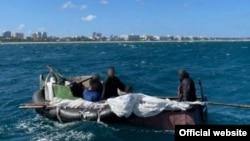 Un grupo de cinco cubanos que navegaron durante 16 días en una balsa improvisada hasta llegar a las costas de Estados Unidos. (Foto: Distrito 7 de la Guardia Costera)