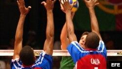 Jugadores de la selección cubana de voleibol, en rojo y azul (Foto de archivo)