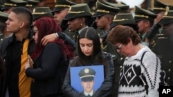 Familiares asisten a la ceremonia por el primer aniversario del ataque con un auto bomba contra la academía de policía en Bogotá, el 17 de enero del 2019, que dejó 21 muertos. que dejó