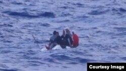 Los cinco balseros cubanos al ser interceptados en alta mar, en una foto proporcionada por el Séptimo Distrito del Sureste de la Guardia Costera de Estados Unidos.