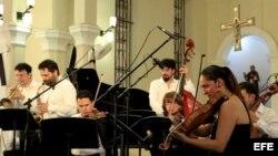 Un grupo de músicos interpreta canciones de compositores clásicos como el mexicano Manuel María Ponce (1882-1948) y el ruso Guerassim Voronkov hoy, sábado 4 de enero de 2014, durante el primer día del VIII Festival Internacional de Música de Cartagena.
