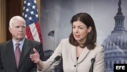 Kelly Ayotte, senadora republicana por New Hampshire, y su homólogo por Arizona, John McCain.
