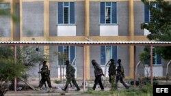 Soldados de las Fuerzas de Defensa de Kenia se preparan para tomar la Universidad de Garissa, en el este de Kenia.