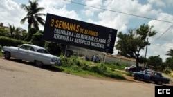 La isla está llena de carteles como este contra el embargo, que el gobierno cubano califica de bloqueo.