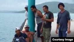 Balseros cubanos arribados a la comunidad de Mangrove Bight, Guanaja, en el Caribe de Honduras.