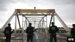 . Fotografia cedida hoy, miércoles 16 de septiembre de 2015, por prensa de Vicepresidencia de Venezuela donde se observa a miembros de la Fuerzas Armadas Bolivarianas de Venezuela custodiar el puente fronterizo entre Colombia y Venezuela sobre el rio Arau