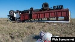 Camión de transporte de pasajeros accidentado en Camaguey