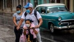 Una familia se traslada en bicicleta por una calle de La Habana después de la reapertura. (AP/Ramon Espinosa)