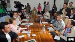 Vista general de los integrantes del grupo negociador de la guerrilla de las Fuerzas Armadas Revolucionarias de Colombia (FARC) en el marco de la Mesa de Conversaciones entre el Gobierno y las FARC. Habana Cuba.