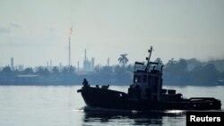 Una vista, al fondo, de la refinería Ñico López en la bahía de La Habana. (Archivo)