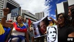 Un centenar de manifestantes se congregaron a las afueras de la embajada de Reino Unido en Quito (Ecuador), para pedir al Gobierno de Londres que entregue un salvoconducto al fundador de WikiLeaks, Julian Assange.