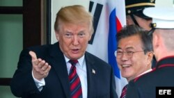 Los presidentes Donald Trump y Moon Jae-in, de Corea del Sur, saludan en reunión en La Casa Blanca.