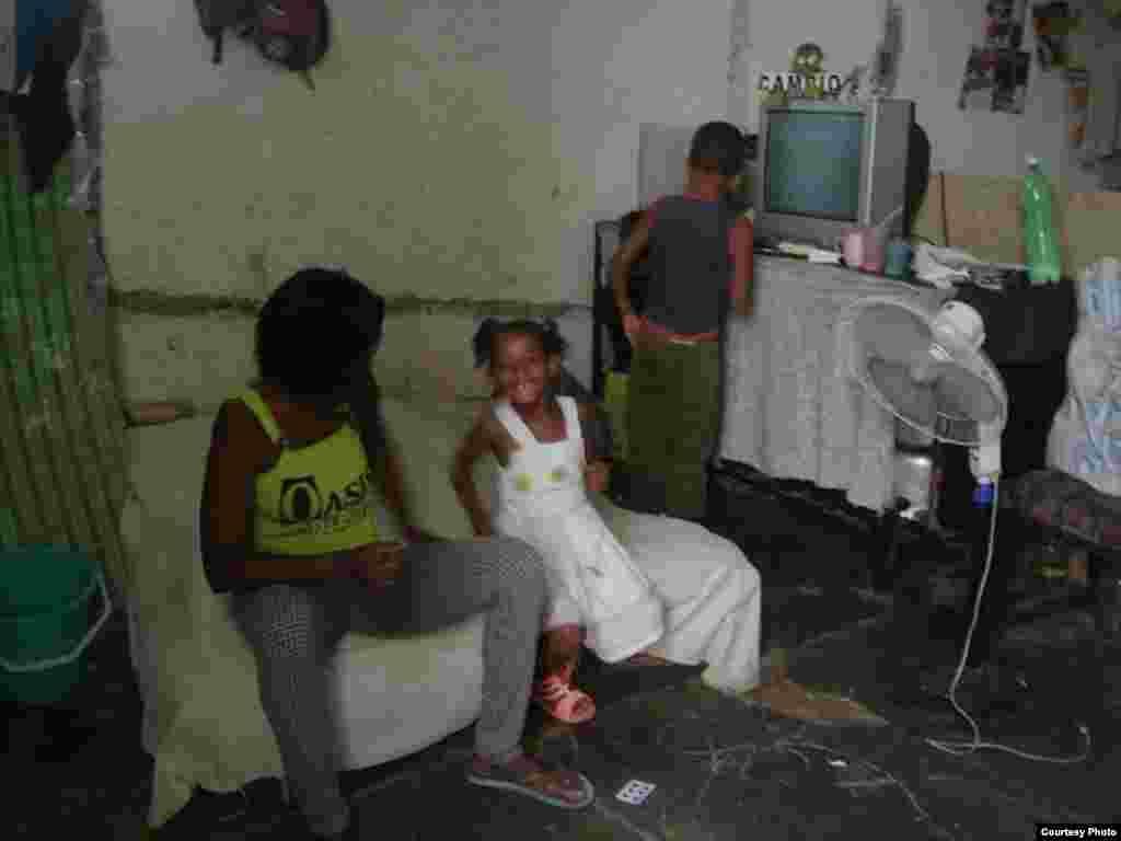 Detalles de las condiciones en que vive Melkys Faure Hechavarría, en un espacio acondicionado por ella misma.
