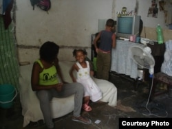 Detalles de las condiciones en vive Melkys Faure Hechavarría, en un espacio acondicionado por ella misma.