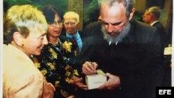Fidel Castro firmando una caja de puros en marzo de 2002 a la activista y filántropa estadounidense de origen húngaro Eva Haller.