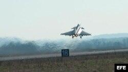 Avión frances sale de una base militar