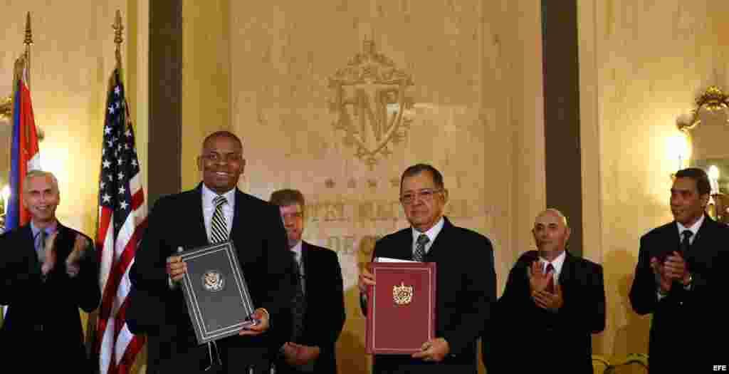 El secretario estadounidense de Transporte, Anthony R. Foxx (2i) y el ministro cubano de Transporte, Adel Yzquierdo (3d), firman hoy, martes 16 de febrero, en La Habana (Cuba), un memorando de entendimiento entre los Gobiernos de EE.UU. y Cuba sobre avia