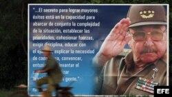 Un campesino pasea en bicicleta junto a un cartel con la imagen del general cubano Raúl Castro, en la provincia de Artemisa, Cuba.