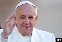 El papa Francisco bendice a los fieles.