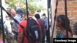 Detención y registro en casa del periodista independiente Enrique Díaz.