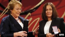 Reina María Rodríguez recibe de manos de la presidenta chilena, Michelle Bachelet, el Premio Iberoamericano de Poesía Pablo Neruda.