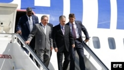 Raúl Castro (2I), desciende de su avión.