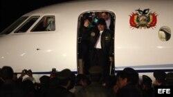 Archivo - Evo Morales sale de su avion presidencial e