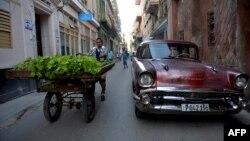 Un vendedor de verduras en una calle de La Habana.