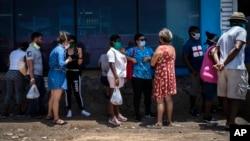 Una cola para comprar alimentos frente a un mercado de La Habana. (AP/Ramón Espinosa)