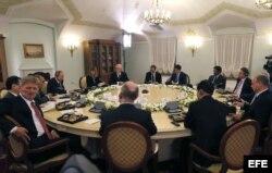 Putin y los presidentes de las doce mayores agencias de noticias mundiales durante la entrevista.
