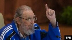 Raúl Castro escucha a su hermano Fidel durante el VII Congreso del Partido Comunista de Cuba.