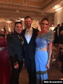 El diseñador cubano posa junto a Erick y Lara Trump, quien luche uno de sus modelos