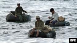 Varios pescadores a bordo de neumáticos de camión.