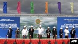El ministro de Comercio Exterior e Inversiones de Cuba, Rodrigo Malmierca (C), participa en la inauguración de la construcción del Parque Industrial ViMariel en Mariel, provincia de Artemisa, Cuba, el 28 de noviembre de 2018.