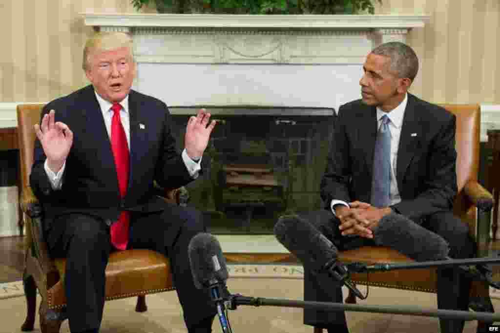 El presidente de los Estados Unidos, Barack Obama (d) junto con el presidente electo Donald Trump (i) al final de su encuentro en el despacho oval en la Casa Blanca, en Washington (Estados Unidos), hoy, 10 de noviembre de 2016. El presidente de Estados Un