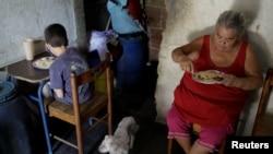 Una familia venezolana de Petare, Caracas a la hora de la cena. REUTERS/Marco Bello.