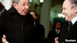 Foto Archivo. Raúl Castro visitó a Abdelaziz Bouteflika en el Palacio Presidencial de Algers en Febrero de 2009.