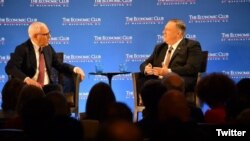 El secretario de Estado, Mike Pompeo, conversa con el presidente del Club Económico de Washington D.C, David Rubenstein.