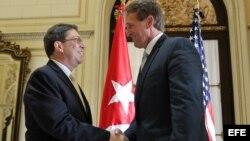 Jeff Flake (der.) visitó La Habana en 2015 como parte de una delegacion de senadores estadounidenses. En la foto, con el canciller cubano Bruno Rodríguez. (Archivo)
