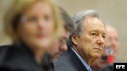 El juez revisor Ricardo Lewandowski (3-d) participa en una sesión del Tribunal Supremo en Brasilia (Brasil).