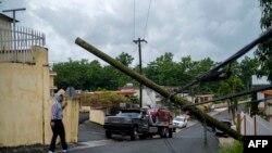 Un poste de electricidad derribado por el huracán Isaías en Mayaguez, Puerto Rico. (Ricardo ARDUENGO/AFP)