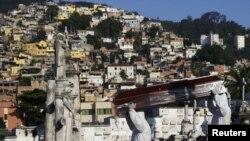 El entierro de una víctima del COVID-19 en Río de Janeiro. REUTERS/Ricardo Moraes