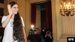 """La bloguera Yoani Sánchez en la presentación de la versión italiana de su libro """"En espera de la primavera"""", en Turín (Italia) en el 2013."""