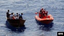Guardia Costera de EEUU intercepta a balseros cubanos cerca de Cayo Hueso, Florida.