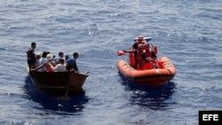 Fotografía divulgada por la Guardia Costera de EEUU que muestra el momento en que varios balseros cubanos son interceptados.