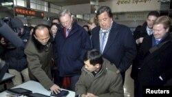 El ex gobernador de New Mexico Governor Bill Richardson (centro D) y el CEO de Google Eric Schmidt (centro I) en Corea del Norte.
